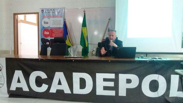 """Na semana passada, o Juiz de Direito Dr. Sérgio William, esteve no auditório da Academia da Polícia Civil (Acadepol) para apresentar a sua palestra com o tema """"Tribunal do Júri""""...."""