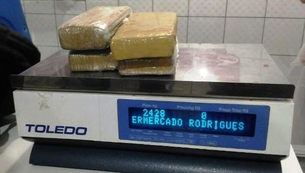 A Polícia Civil do Estado de Rondônia, em trabalho conjunto com a Polícia Militar conseguiu apreender cerca de 2,5 Kg de entorpecentes do tipo maconha. A droga foi encontrada no...