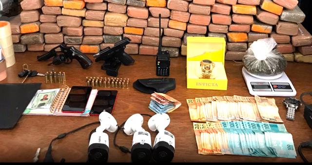 O Departamento de Narcóticos – DENARC em mais uma grande ação de combate ao tráfico, prendeu na tarde hoje (30/07), F. J. F. A., de 35 anos, (foragido da justiça...